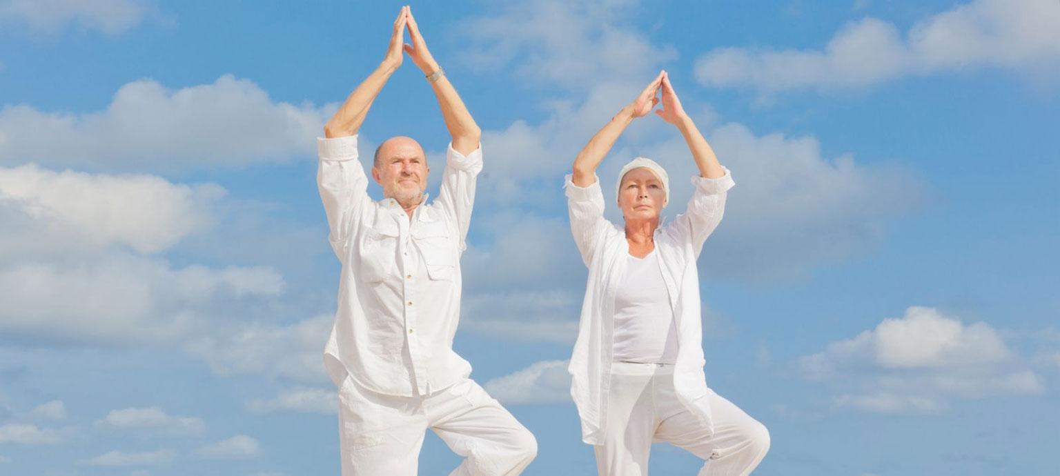 gente mayor haciendo yoga